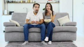 Un homme et sa montre TV d'épouse banque de vidéos