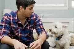 Un homme et son chien Images stock