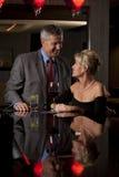 Un homme et un femme ayant la boisson dans un bar Photographie stock libre de droits