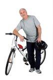 Un homme et un vélo de montagne Image libre de droits