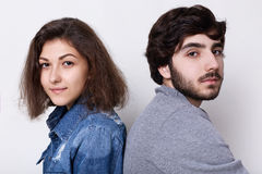 Un homme et une femme épineux de brune s'asseyant de nouveau au dos détendant à la maison le regard dans l'appareil-photo avec l' Photo stock