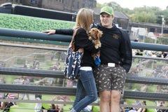 Un homme et une femme avec un chien dans des ses bras se tenant près du canal près du ` s de roi croisent Photos stock
