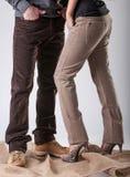 Un homme et une femme dans le pantalon brun Photographie stock