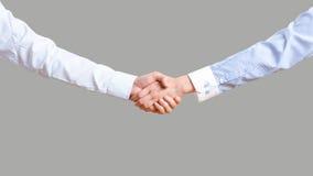 Un homme et une femme dans un costume se serrent la main Image stock