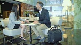 Un homme et une femme de réunion d'affaires clips vidéos