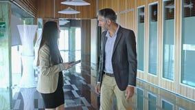 Un homme et une femme de réunion d'affaires banque de vidéos