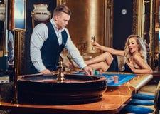 Un homme et une femme jouent dans un casino Image libre de droits