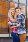 Un homme et une femme pendant l'automne tôt de ville Photos libres de droits