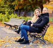 Un homme et une femme s'assied sur un banc Image stock