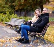 Un homme et une femme s'assied sur un banc Images stock