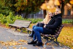 Un homme et une femme s'assied sur un banc Photo libre de droits