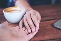 Un homme et une femme se tenant mains avec amour de sentiment Photo stock