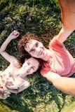 Un homme et une femme se trouvent sur l'herbe photo stock