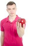 Un homme et une pomme rouge Photographie stock