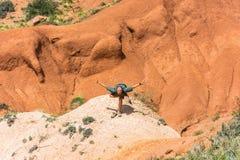 Un homme exécute les asanas dans le conte de fées de canyon de montagnes, KY Image libre de droits