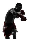 Un homme exerçant la silhouette thaïlandaise de boxe Images libres de droits