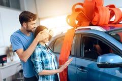 Un homme fait un cadeau - une voiture à son épouse image libre de droits