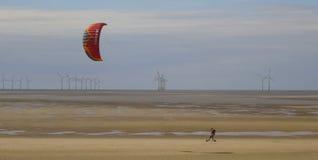 Un homme fait de la planche à roulettes avec un Parasail près de Wallasey photos libres de droits