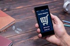 Un homme fait des emplettes au magasin en ligne Graphisme de caddie Commerce électronique photos libres de droits