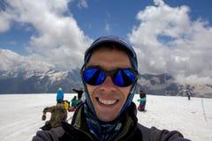 Un homme fait le selfie dans la pente de yhe de la montagne d'Elbrus Images stock