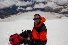 Un homme fait le selfie dans la pente de yhe de la montagne d'Elbrus Photographie stock libre de droits