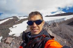 Un homme fait le selfie dans la perspective d'une montagne dans la région d'Elbrus Photo stock