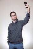Un homme fait un autoportrait avec son téléphone portable Image libre de droits