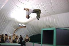 Un homme fait un saut périlleux sur le 5ème concours de parkour Images libres de droits