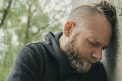 Un homme fatigué et déprimé seul image libre de droits
