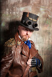 Un homme habillé dans le style du steampunk Images stock