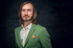 Un homme habillé dans une veste verte Photographie stock libre de droits