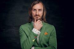 Un homme habillé dans une veste verte Image stock