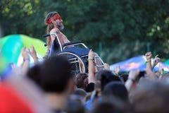 Un homme handicapé à un concert de rock image libre de droits