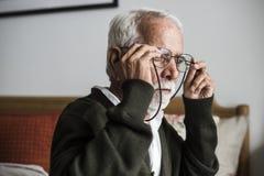 Un homme indien plus âgé à la maison de retraite images stock