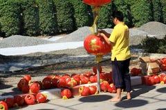 Un homme installant les lanternes chinoises Images libres de droits