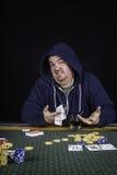Un homme jouant le tisonnier se reposant à bluffer de table Images libres de droits