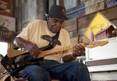Un homme jouant une guitare, Clarkesdale Images stock
