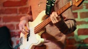 Un homme joue autoritaire la guitare et danse à la soirée dans une barre de jazz banque de vidéos