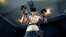 Un homme joue des jeux vidéo, utilisant l'équipement de VR, la vue inférieure clips vidéos