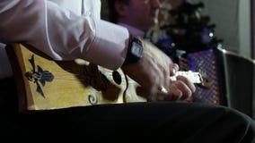 Un homme joue l'émission en direct ficelée d'instrument clips vidéos