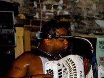 Un homme joue l'Accordian dans une bande de Zydeco à la Nouvelle-Orléans Image libre de droits