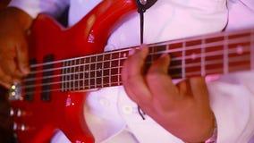 Un homme joue la guitare Jeu du plan rapproché de guitare banque de vidéos
