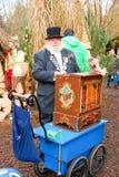 Un homme joue un organe de baril pendant le marché de Noël Images libres de droits