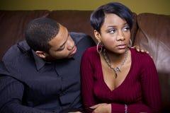 Un homme juge au fonds consolidé son amoureux triste Image libre de droits