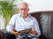 Un homme lisant un livre Photographie stock