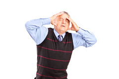Un homme mûr tenant sa tête en douleur Image libre de droits