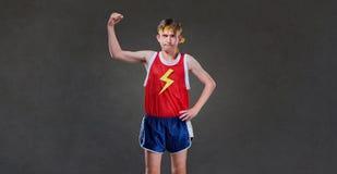 Un homme maigre drôle dans la pose de vêtements de sport image libre de droits