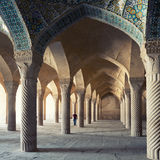 Un homme marchant à l'intérieur de Shabestan de mosquée de Vakil à Chiraz Photo stock