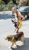 Un homme marchant avec un chien et un vin dans la ville de Kotor dans le 2 juin Photographie stock