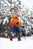 Un homme marchant dans la neige avec un sac à dos Photo libre de droits